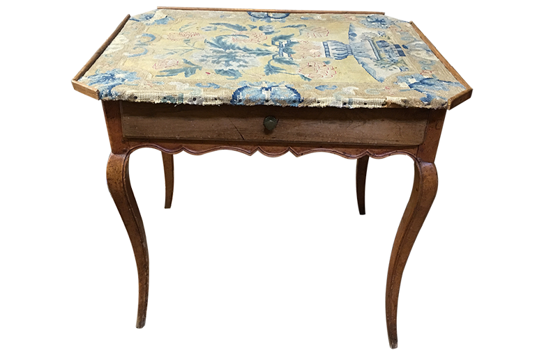 Avant restauration. Table d'époque Louis XV